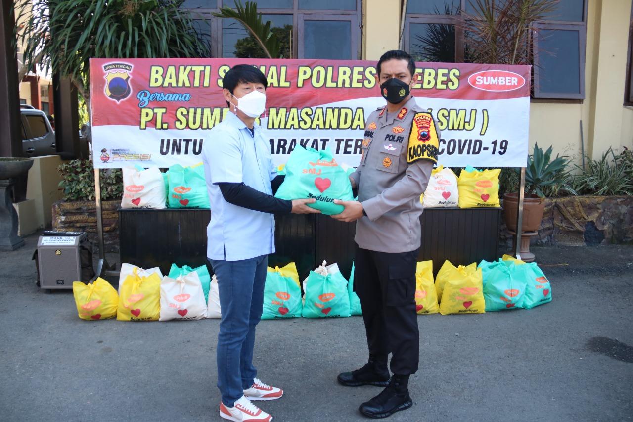 PT SMJ Bersama Polres Brebes Salurkan Bansos ke Masyarakat