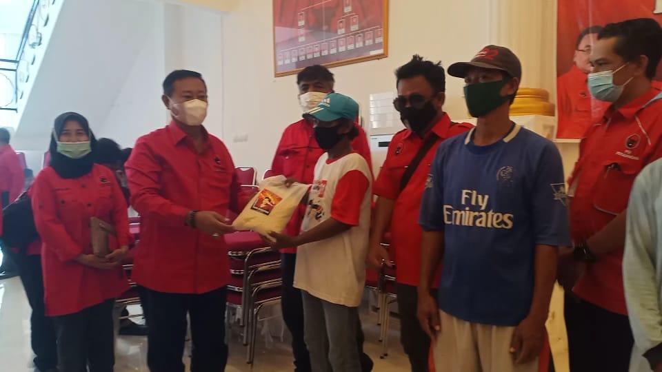 DPC PDIP Perjuangan Kabupaten Brebes membagikan bantuan beras kepada warga terdampak PPKM